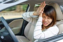 Angst aangejaagde vrouw die en autoongeval of neerstortingssomethi drijven hebben Royalty-vrije Stock Foto