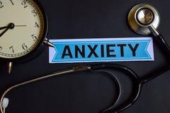 Angst auf dem Papier mit Gesundheitswesen-Konzept-Inspiration Wecker, schwarzes Stethoskop stockfotos