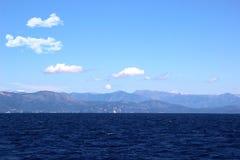 angthong εθνική όψη της Ταϊλάνδης θάλασσας πάρκων Θέα βουνού Άποψη σχετικά με την Αλβανία mointains Όμορφη ιόνια σκούρο μπλε θάλα Στοκ Φωτογραφία