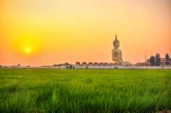 ANGTHONG ΤΑΪΛΑΝΔΗ - 6 ΜΑΡΤΊΟΥ: Ο μεγαλύτερος Βούδας είναι σε Wat Muang με το ηλιοβασίλεμα σε ANGTHONG ΤΑΪΛΆΝΔΗ στις 6 Μαρτίου 201 Στοκ Εικόνες
