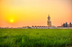 ANGTHONG TAILANDIA - 6 DE MARZO: El Buda más grande está en Wat Muang con puesta del sol en ANGTHONG TAILANDIA el 6 de marzo de 2 Imagenes de archivo