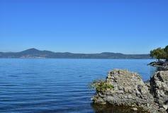 从Anguillara的湖布拉恰诺 免版税库存图片