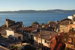 Anguillara stad på Bracciano sjön Arkivbilder