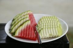 Anguria e frutta nel piatto Immagine Stock Libera da Diritti