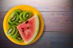 Anguria e kiwi affettati su un piatto Immagine Stock