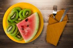 Anguria e kiwi affettati su un piatto Fotografia Stock