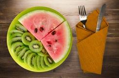 Anguria e kiwi affettati su un piatto Immagini Stock