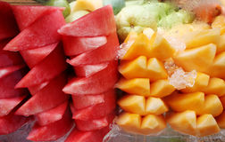 Anguria e mango su ghiaccio Fotografie Stock Libere da Diritti