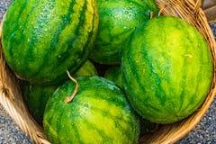 Anguria fresca nelle angurie verdi e gialle del canestro, in Th Fotografia Stock
