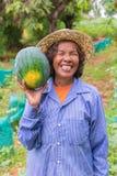 Anguria senior della tenuta della donna dell'agricoltore in azienda agricola Immagine Stock