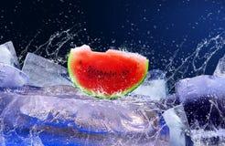 Anguria su ghiaccio Immagini Stock