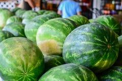 Angurie su esposizione ad un mercato locale degli agricoltori immagini stock