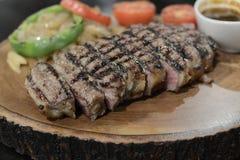 Angus Beef biff som tjänas som med grönsaken Royaltyfri Fotografi