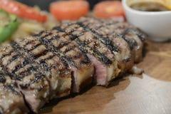 Angus Beef biff som tjänas som med grönsaken Arkivbilder