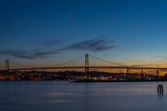 angus most łączy Dartmouth Grudzień Halifax l macdonald noc nowa odbić scotia brać woda Macdonald most Obrazy Stock