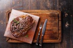 Angus Steak Ribeye negro asado a la parrilla en bloque rosado Himalayan de la sal Imágenes de archivo libres de regalías