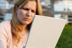 Angyvrouw met tablet Stock Foto's