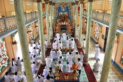 Anhängare till den Cao Dai religionen som ber i Vietnam Arkivbilder