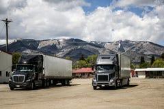 Anhänger-LKWs, die Berge West-USA parken stockbilder