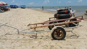 Anhänger und schwimmende Flöße auf dem Strand von langem Hai, Vietnam stockbild