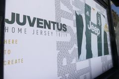 Anhänger von Juventus FC, der für neuen Spieler Cristiano Ronaldos für folgende Jahreszeit wütend geht stockbilder