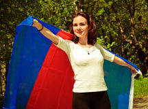 Anhängerfrau mit Blau und roter Fahne Lizenzfreies Stockfoto