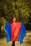 Anhängerfrau mit Blau und roter Fahne Stockbilder