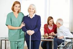 Anhörigvårdare med högt folk i vårdhem royaltyfri fotografi
