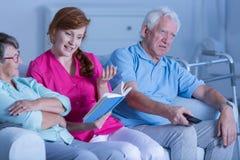 Anhörigvårdareläsebok till patienter Arkivbilder