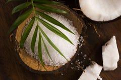 anh εξωτική πετσέτα σκηνής φοινικών φύλλων καρύδων κοκοφοινίκων λουτρών καρύδα με το άλας θάλασσας Στοκ φωτογραφία με δικαίωμα ελεύθερης χρήσης