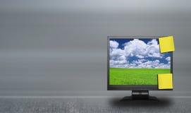 Anhaftende Anmerkungen über lcd-Bildschirm Lizenzfreies Stockfoto