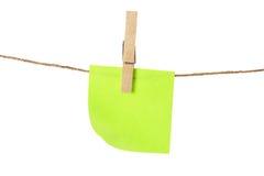 Anhaftendes Anmerkungs-Papier auf Kleidung-Zeile Lizenzfreies Stockfoto