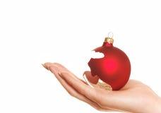 Anhalten der gebrochenen Weihnachtskugel Lizenzfreies Stockbild