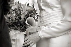 Anhalten des Blumenstraußes Stockfotografie
