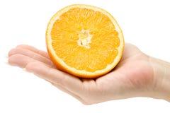 Anhalten einer geschnittenen Orange Lizenzfreie Stockfotos