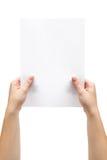 Anhalten eines Blattes Papier Lizenzfreie Stockbilder
