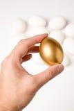 Anhalten eines goldenen Eies Lizenzfreies Stockbild