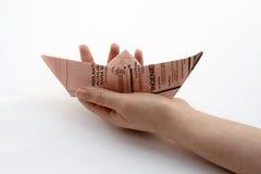 Anhalten eines Papierbootes Stockbilder