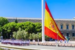 Anheben der spanischen Flagge im Doppelpunkt stockfotografie