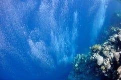 Anheben der Unterwasserluftblasen im blauen Meer Stockbilder