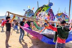 Anheben des Drachens, riesiges Drachenfestival, der Allerheiligen, Guatemala Stockfotos