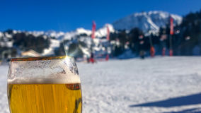 Anheben eines Glases zu den schneebedeckten Bergen Stockfotos