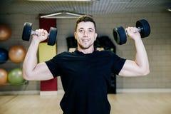 Anhebende Dumbbells Körperliche Bewegungen mit einem Gewicht von 15 Kilogramm Lizenzfreie Stockfotografie