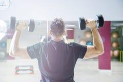 Anhebende Dumbbells Körperliche Bewegungen mit einem Gewicht von 15 Kilogramm Stockfotos