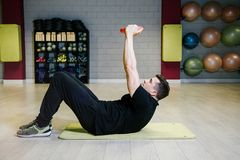 Anhebende Dumbbells Körperliche Bewegungen mit einem Gewicht von 15 Kilogramm Stockbilder