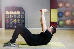 Anhebende Dumbbells Körperliche Bewegungen mit einem Gewicht von 15 Kilogramm Stockfotografie