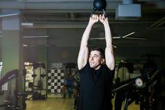 Anhebende Dumbbells Körperliche Bewegungen mit einem Gewicht von 15 Kilogramm Lizenzfreie Stockbilder