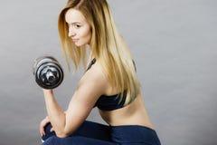 Anhebende Dummkopfgewichte der geeigneten Frau Stockfotografie