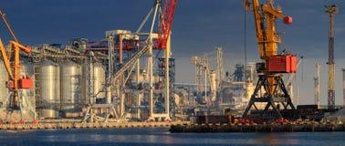 Anhebende Frachtkräne, Schiffe und Korntrockner im Seehafen lizenzfreie stockbilder