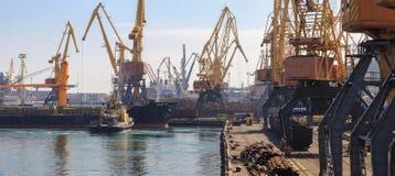 Anhebende Frachtkräne, Schiffe und Korntrockner im Seehafen stockfotos